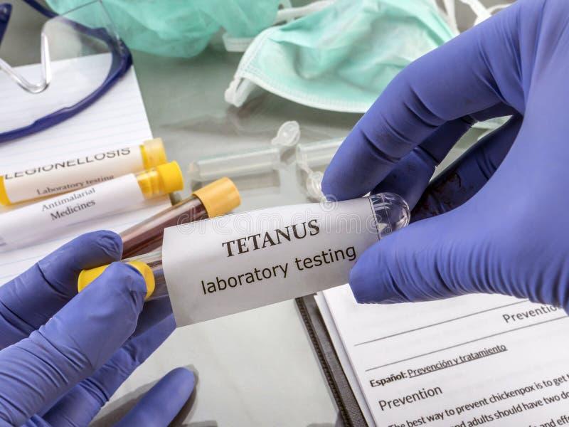 Il dottore Working With Samples delle malattie contagiose in un laboratorio clinico fotografia stock libera da diritti