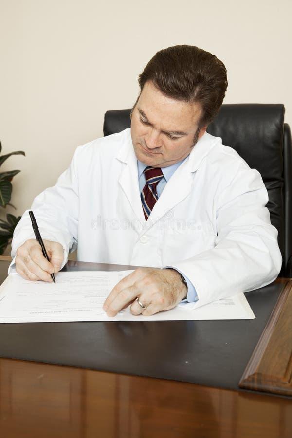 Il dottore Writes nel diagramma immagine stock