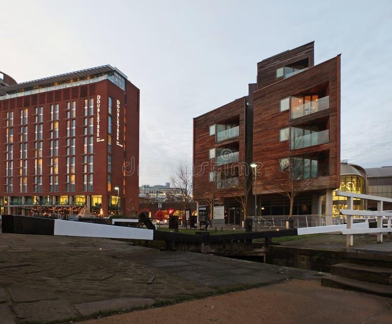 il doubletree Hilton Hotel a Leeds accanto ai portoni di chiusa del canale e del bacino con gli sviluppi dell'appartamento illumi immagine stock libera da diritti