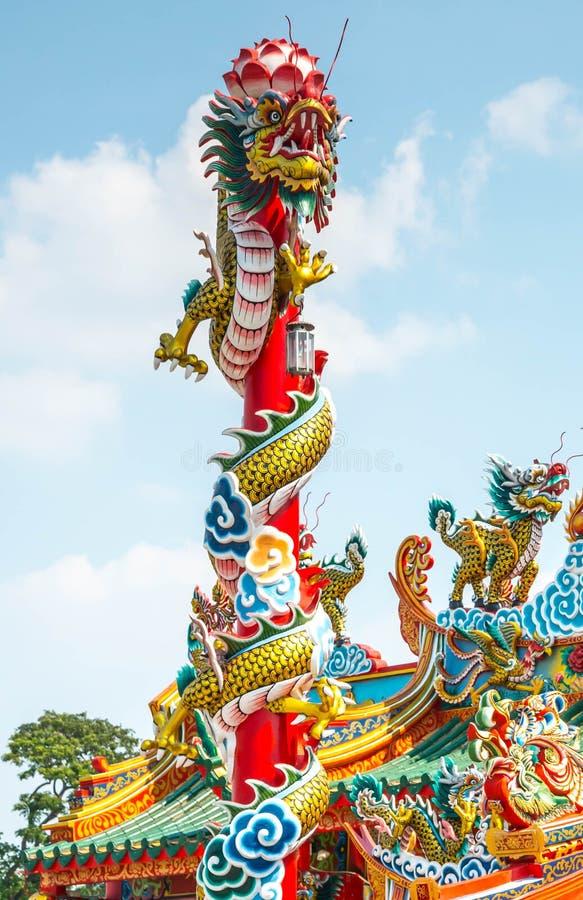 Il drago cinese sul palo di un tempio cinese fotografia stock libera da diritti