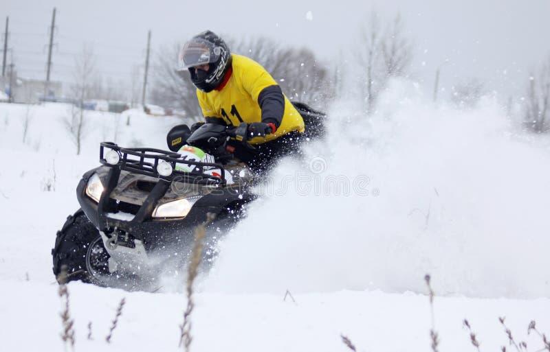 Il driver della bici del quadrato guida sopra la pista della neve immagini stock libere da diritti