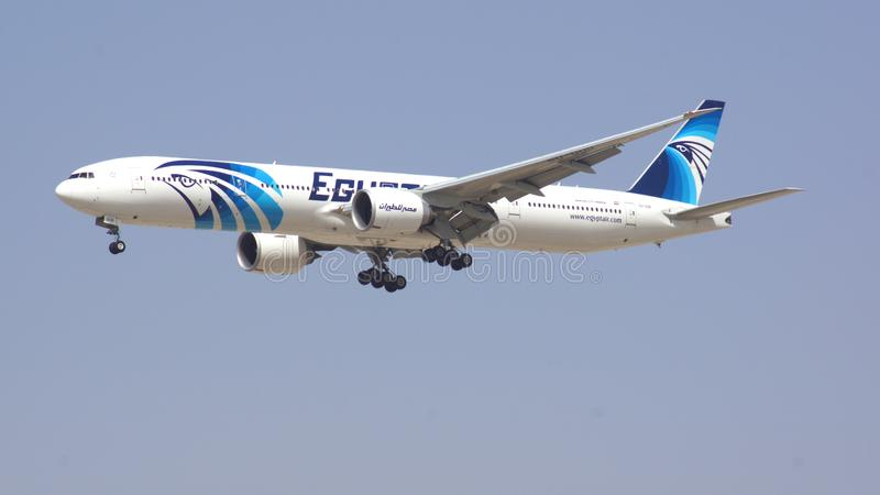 Il DUBAI, EMIRATI ARABI UNITI - 1° aprile 2014: Boeing 777-300ER dall'aria dell'Egitto sull'avvicinamento finale all'aeroporto DX fotografia stock libera da diritti