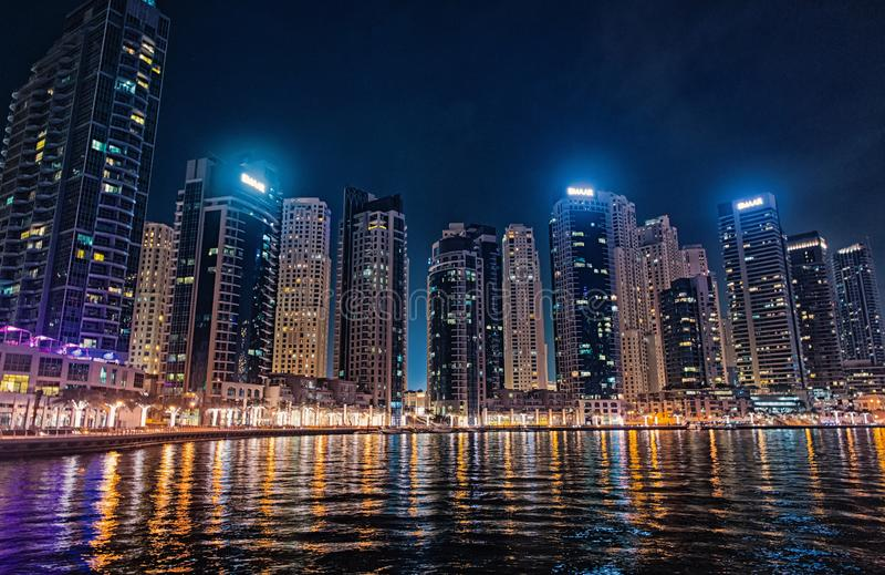Il Dubai, Emirati Arabi Uniti - 26 dicembre 2017: paesaggio urbano del distretto del porticciolo del Dubai alla notte Costruzioni fotografia stock libera da diritti
