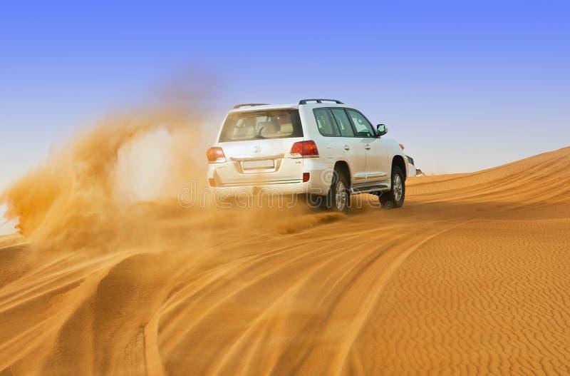 IL DUBAI - 2 GIUGNO: Guidando sulle jeep sul deserto, tradizionale fotografie stock