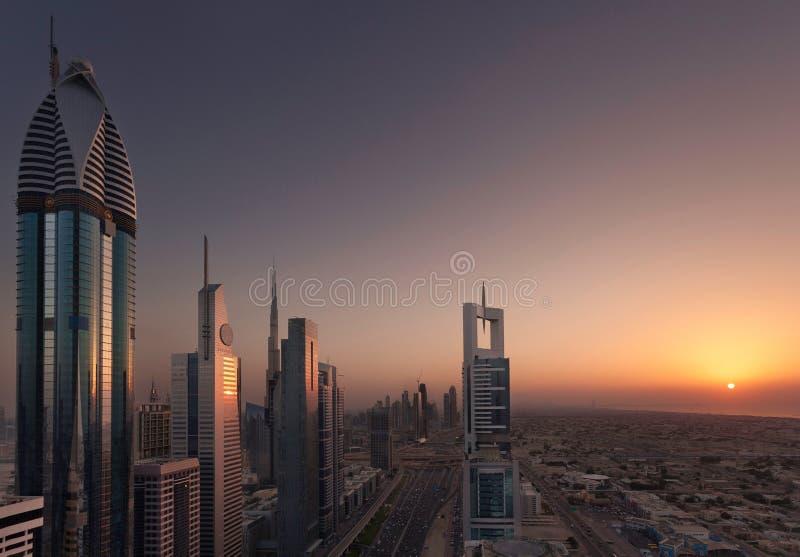 Il Dubai Shiekh Zayed Road Sunset fotografia stock libera da diritti
