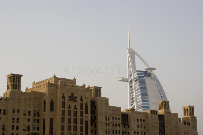 Il Dubai UAE Burj di fama mondiale Al Arab Hotel visto oltre i vecchi windtowers fotografie stock