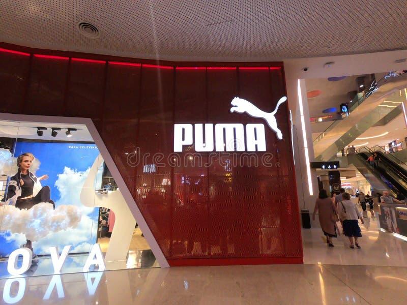 Il Dubai, UAE febbraio 2019 - deposito del puma situato nel centro commerciale del Dubai, Dubai Il puma è una società europea deg fotografia stock libera da diritti