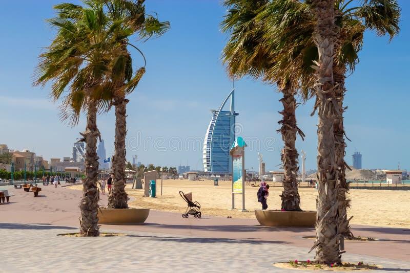 Il DUBAI, UAE - febbraio 2019: Vista della spiaggia pubblica aperta di Jumeirah vicino all'hotel arabo di Al di Burj Il Dubai, Em fotografia stock