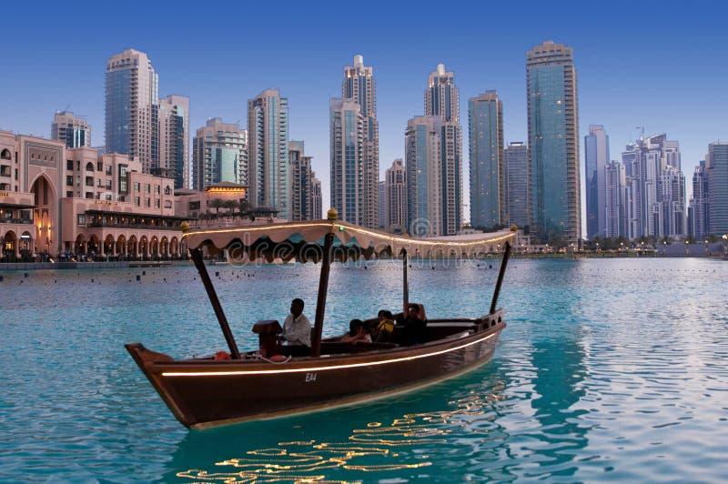IL DUBAI, UAE - 1° GIUGNO: Guidando in barche di legno si avvicina alle fontane di dancing fotografie stock