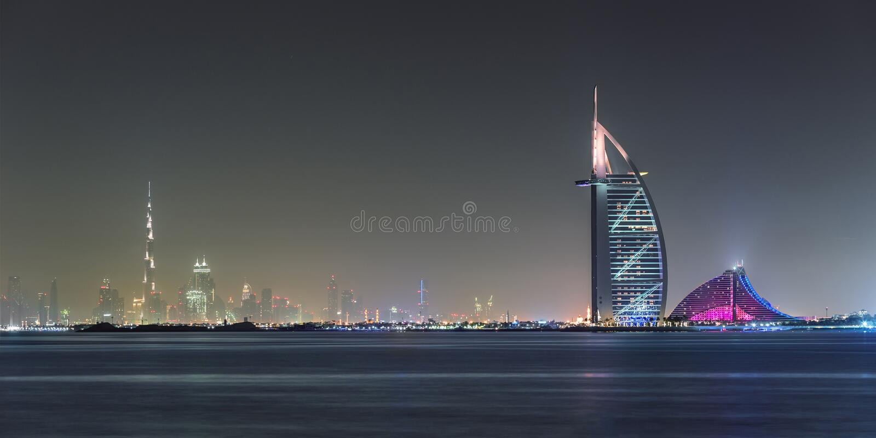 Il Dubai, UAE, il 13 maggio 2015, vista d'ardore dell'orizzonte del Dubai fotografie stock libere da diritti