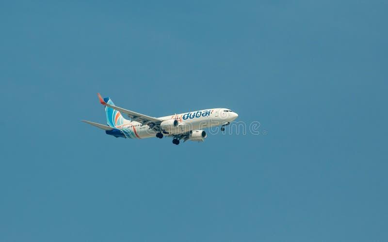 IL DUBAI, UAE - 7 NOVEMBRE 2016: Flydubai Boeing 737-8KNWL - A6-FEH decollano, il Dubai, aeroporto di Dubai International fotografie stock libere da diritti