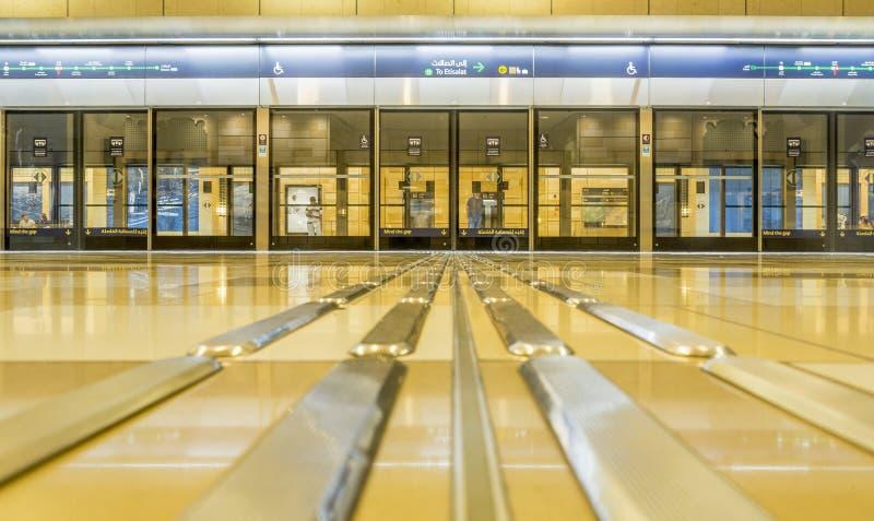 IL DUBAI, UAE - 7 NOVEMBRE 2016: Interno della stazione della metropolitana nel Dubai La metropolitana come ` s del mondo il più  immagini stock