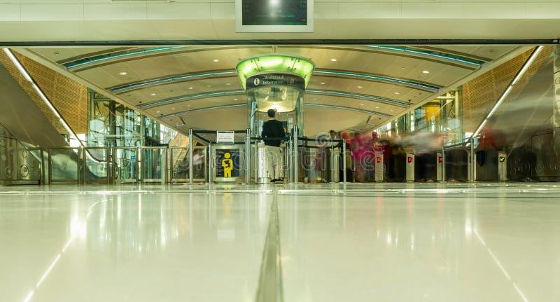 IL DUBAI, UAE - 10 NOVEMBRE 2016: Interno della stazione della metropolitana nel Dubai La metropolitana come ` s del mondo il più immagine stock libera da diritti