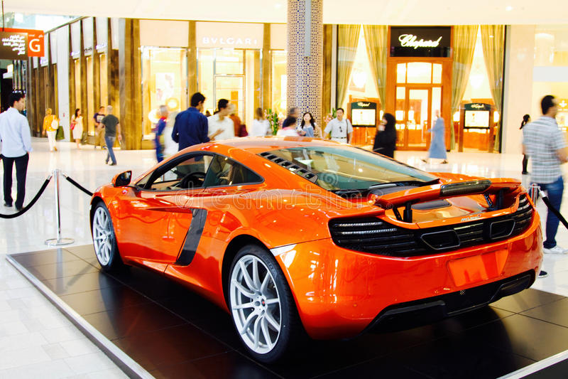 IL DUBAI, UAE - 23 SETTEMBRE 2012: Un'automobile sportiva arancio di McLaren ha montrato dentro il centro commerciale del Dubai fotografia stock libera da diritti