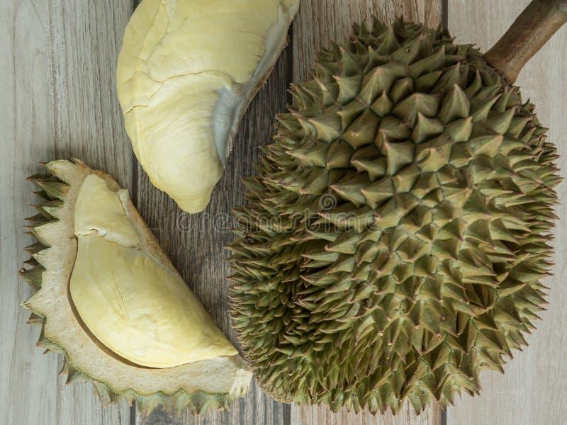 Il Durian ? cucinato sull'pavimenti di legno fotografia stock