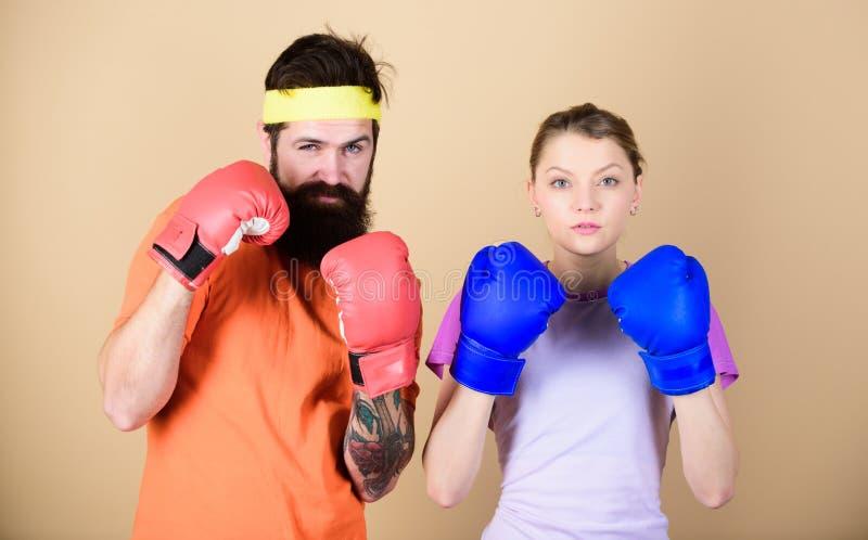 Il est difficile d'échouer Formation avec l'entraîneur coup de grâce et énergie formation de couples dans des gants de boxe poinç images libres de droits