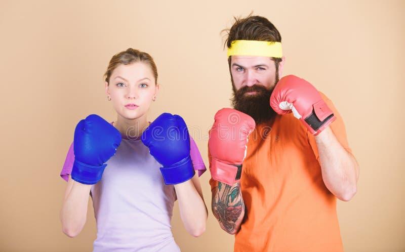 Il est difficile d'?chouer Formation avec l'entra?neur coup de gr?ce et ?nergie formation de couples dans des gants de boxe poin? photos stock