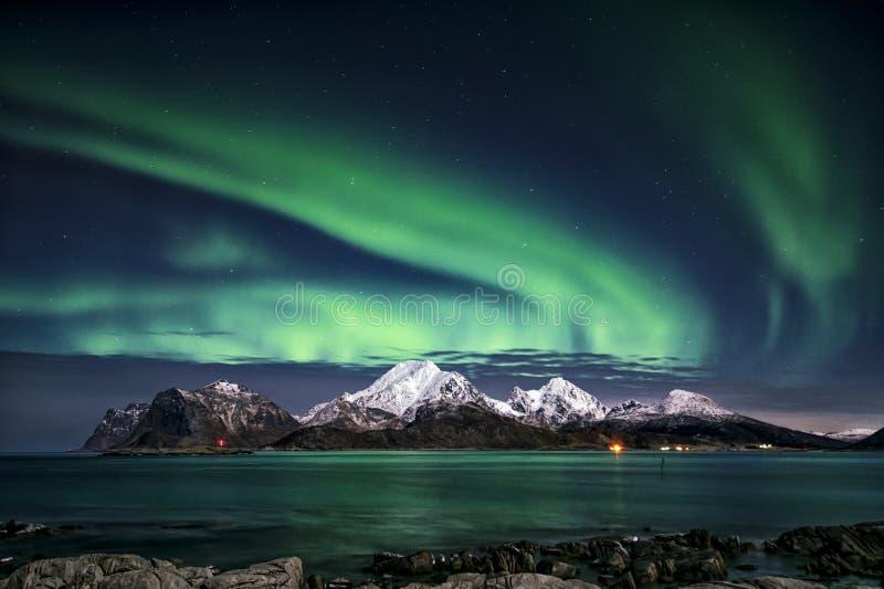 Il est temps d'exposition Explotions de lumières du nord photographie stock libre de droits