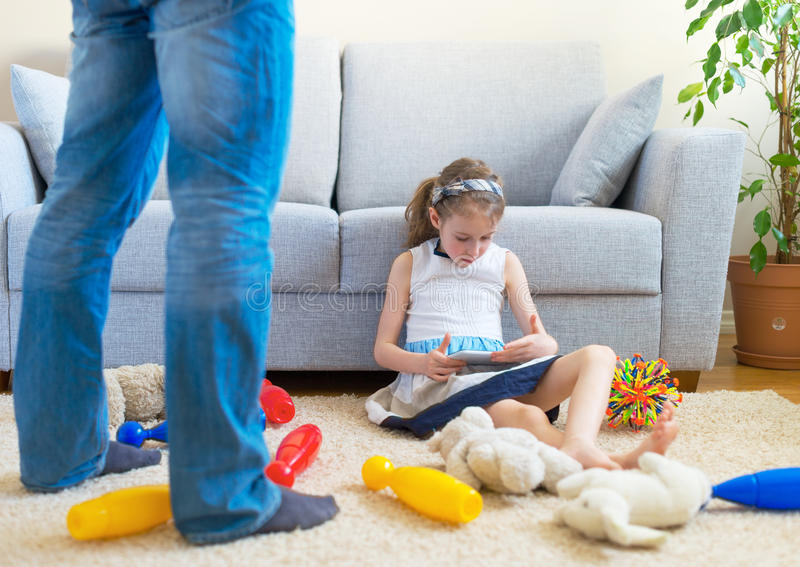 Il est temps de nettoyer vos jouets ! photographie stock libre de droits