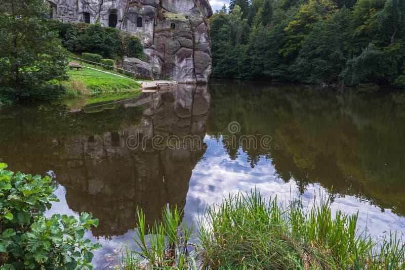 Il Externsteine, formazione rocciosa notevole dell'arenaria in Germania fotografie stock