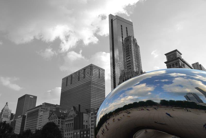 Il fagiolo davanti all'orizzonte di Chicago fotografia stock