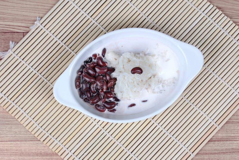 Il fagiolo nero ed il riso appiccicoso in crema dolce della noce di cocco hanno completato il latte di cocco su bambù Vista super fotografie stock