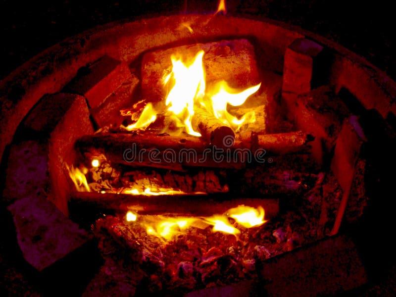 Il falò sta bruciando in natura fotografia stock libera da diritti