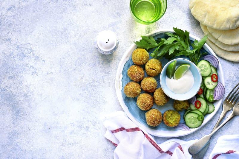 Il falafel piccante casalingo del cece ha guarnito con la verdura fresca a fotografia stock