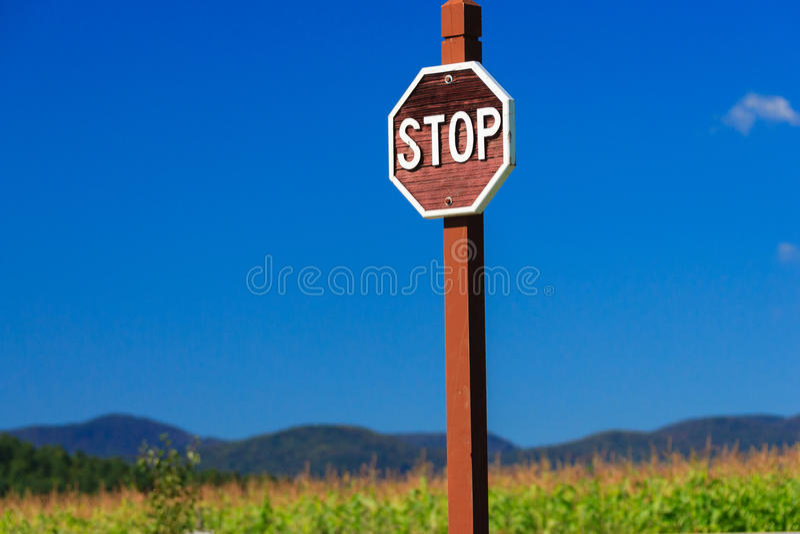 Il fanale di arresto contro un cielo blu, Stowe Vermont, U.S.A. immagine stock