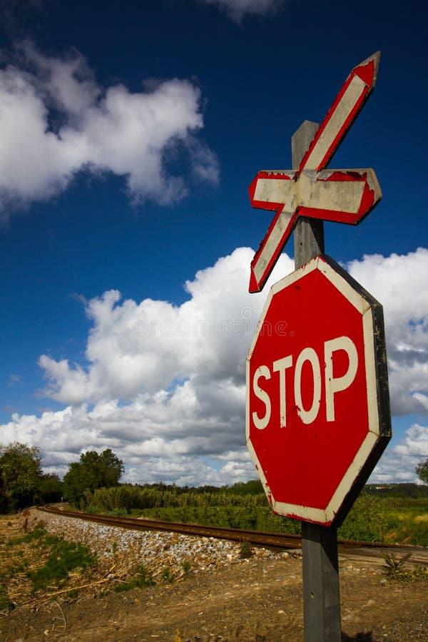 Il fanale di arresto sull'entrata ferroviaria fotografia stock libera da diritti