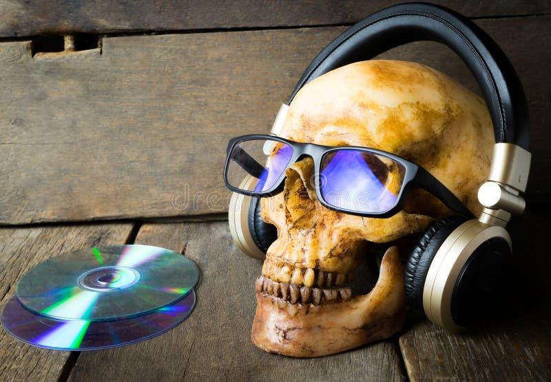 Il fantasma sta ascoltando la cuffia di musica fotografie stock libere da diritti