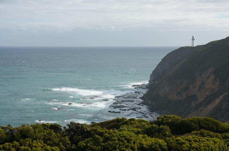 Il faro di Otway del capo nella distanza alla grande strada dell'oceano in Australia fotografia stock libera da diritti