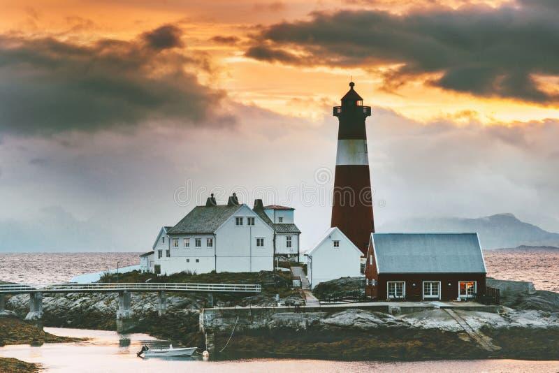 Il faro di Tranoy del paesaggio della Norvegia al mare del tramonto e le montagne su fondo viaggiano fotografie stock