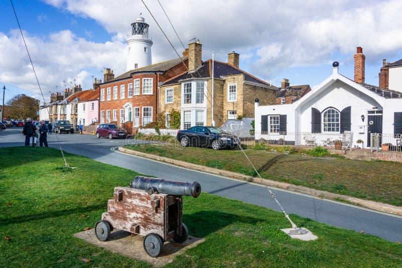 Il faro iconico di Southwold visto dietro le case con il cannone in priorità alta in Southwold, Suffolk, Regno Unito fotografia stock