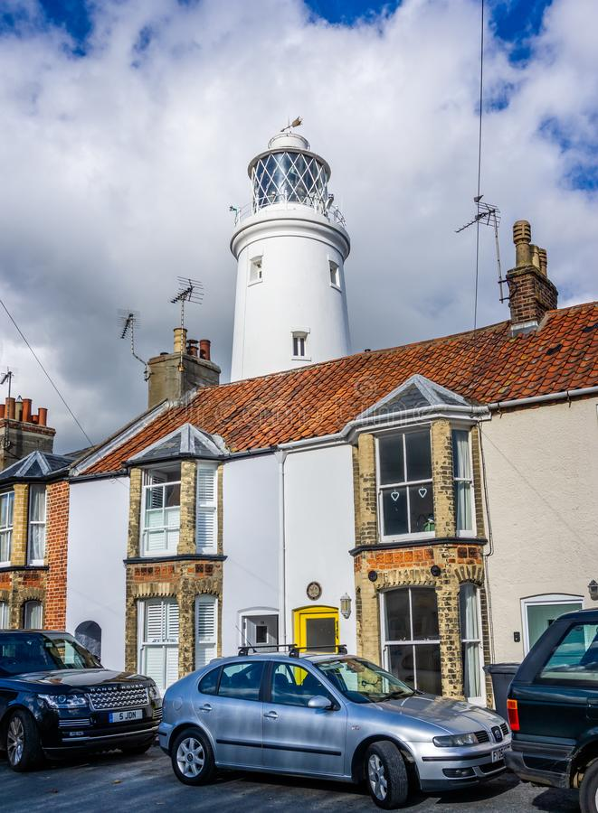Il faro iconico di Southwold visto dietro le case in Southwold, Suffolk, Regno Unito immagine stock