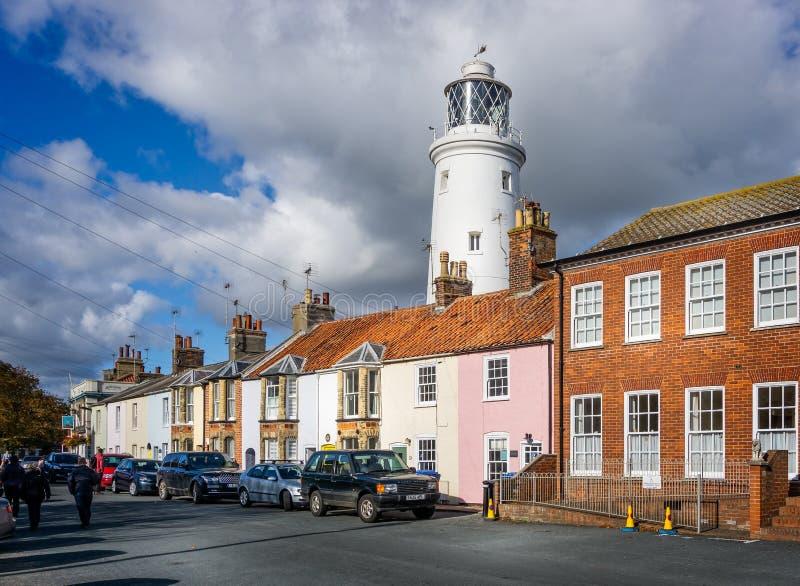 Il faro iconico di Southwold visto dietro le case in Southwold, Suffolk, Regno Unito fotografie stock