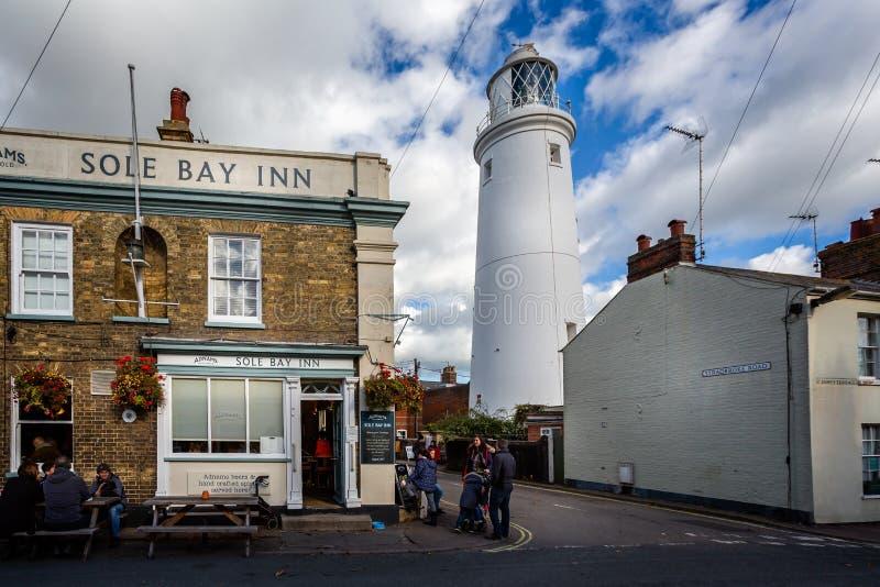 Il faro iconico di Southwold visto dietro il solo pub della locanda della baia in Southwold, Suffolk, Regno Unito immagini stock