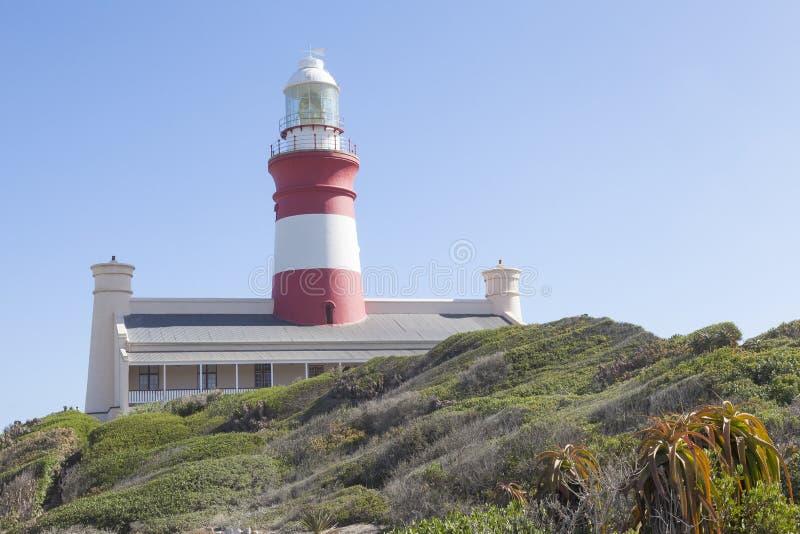 Il faro storico di Cape Agulhas alla punta più a sud dell'Africa fotografia stock