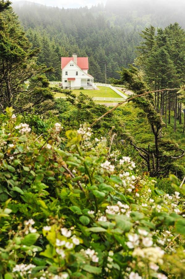 Il faro tiene la casa circondata dal recinto fotografia stock libera da diritti