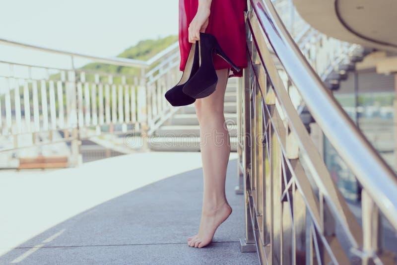 Il fascino grazioso elegante si rilassa il Vo urbano di fuga delle inferriate del balcone fotografia stock