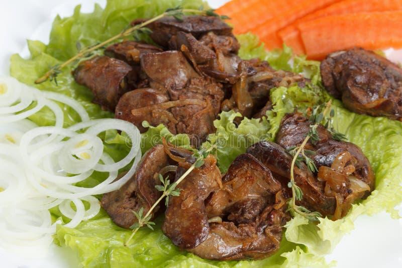 Il fegato di pollo ha cucinato con le cipolle, la lattuga e le spezie immagine stock