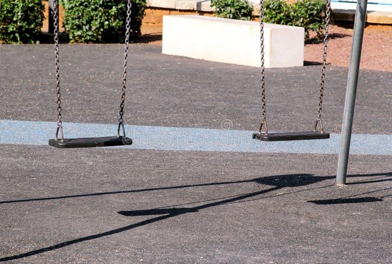 Il ferro arrugginito oscilla nel parco della città fotografia stock libera da diritti