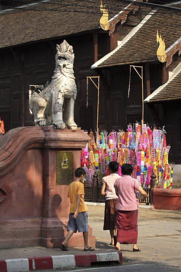 Il festival di Songkran, gente buddista va al tempiale fotografia stock libera da diritti
