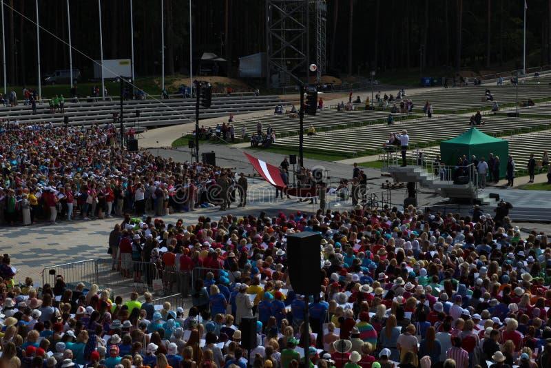 Il festival lettone di ballo e di canzone a Riga, Lettonia Bandiera lettone L'innalzamento della bandiera lettone fotografia stock libera da diritti
