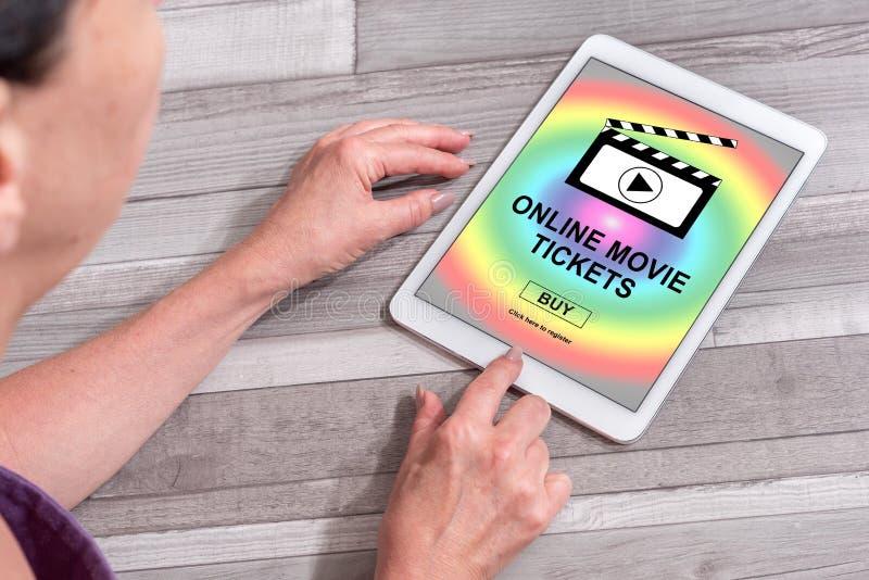 Il film online ettichetta il concetto d'acquisto su una compressa fotografia stock libera da diritti