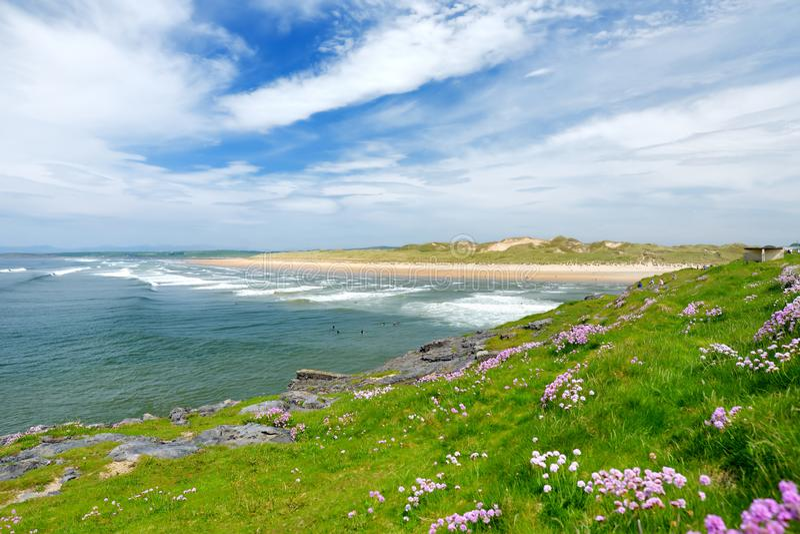 Il filo spettacolare di Tullan, una delle spiagge rinomate della spuma del ` s del Donegal, incorniciata da uno sfondo scenico ha immagine stock