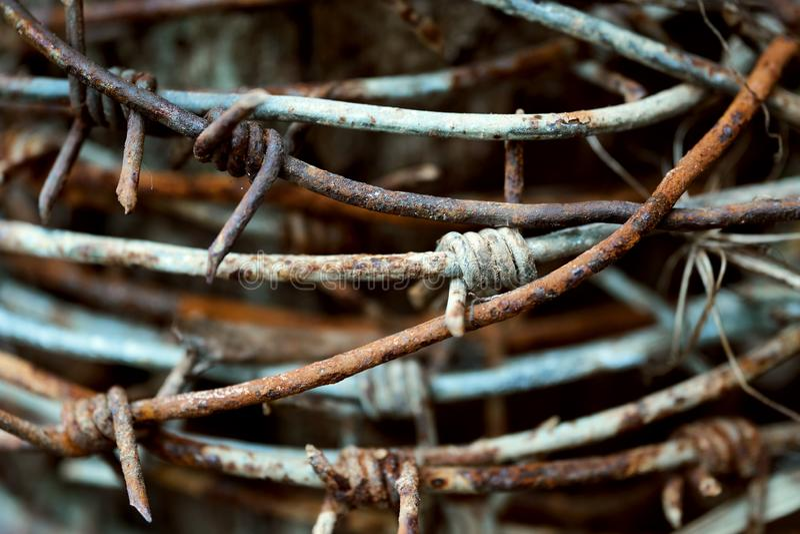 Il filo spinato arrugginito ha annaspato su sulla posta fotografia stock