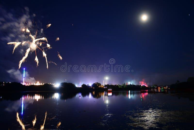 Il finale dei fuochi d'artificio di festival dell'isola di Wight immagini stock