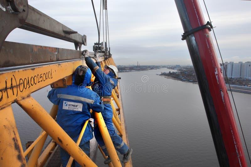 Il fiocco di lavoro della gru a torre è installato con la gru mobile fotografie stock libere da diritti