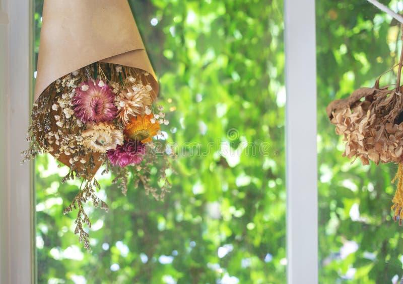 Il fiore asciutto di Hanking in carta decora fotografia stock